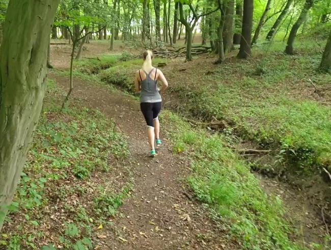 Geheimes Video: Joggerin pisst spontan im Wald und wird